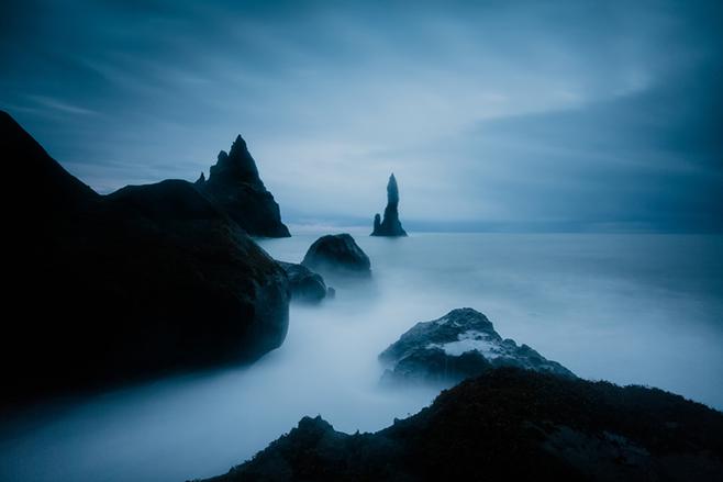Richtig skurril mutet dieser Effekt an, der die Wellen zu nebeligen Schwaden verwischt. Aufgenommen wurde das Bild am Black Beach in Vík mit einer langen Belichtung.