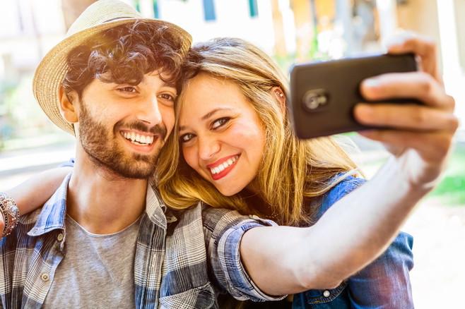 Nicht umsonst sind Selfies ein beliebtes und weit verbreitetes Phänomen. Smartphone-Kameras sind wunderbar für diese Art von Selbstporträt geeignet.